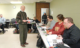 Professor Bob Hartl during an MBA/MAM class session